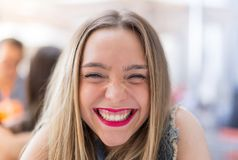 Moça feliz que sorri fora Imagens de Stock Royalty Free