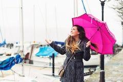 Moça feliz sob a chuva Fotos de Stock