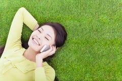 Moça fora de uma comunicação com o telefone celular Imagem de Stock