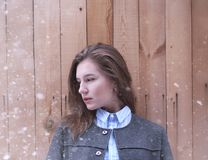 Moça fora no inverno Menina modelo que levanta fora em um w Imagem de Stock