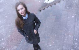 Moça fora no inverno Menina modelo que levanta fora em um w Foto de Stock