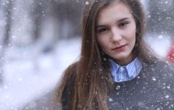 Moça fora no inverno Menina modelo que levanta fora em um w Foto de Stock Royalty Free