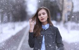 Moça fora no inverno Menina modelo que levanta fora em um w Fotos de Stock