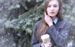 Moça fora no inverno Menina modelo que levanta fora em um w Fotos de Stock Royalty Free