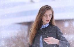 Moça fora no inverno Menina modelo que levanta fora em um w Imagem de Stock Royalty Free