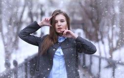 Moça fora no inverno Menina modelo que levanta fora em um w Imagens de Stock