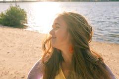 A moça fora perfila Fotos de Stock Royalty Free