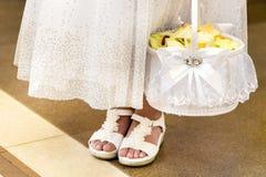 A moça guarda uma cesta das pétalas Imagens de Stock Royalty Free