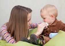 A moça importa-se a criança pequena Imagem de Stock Royalty Free