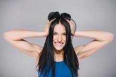 Moça irritada no estúdio fotos de stock royalty free