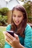 A moça lê uma mensagem surpreendente Imagens de Stock Royalty Free