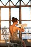 A moça lindo com um branco mergulhou em suas mãos Fotos de Stock Royalty Free