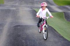 A moça livra a bicicleta no passeio na montanha do obstáculo Fotografia de Stock Royalty Free
