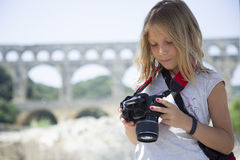 Moça loura bonita com câmera Foto de Stock Royalty Free
