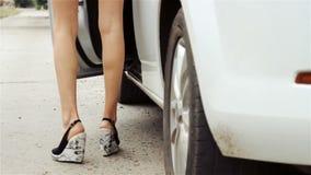 A moça magro abre a porta e sair de um carro vídeos de arquivo