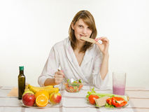 A moça morde o pão, comendo sua salada do vegetal do vegetariano Imagem de Stock Royalty Free