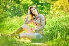 Moça moreno que anda na primavera parque Imagens de Stock