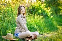 Moça moreno que anda na primavera parque Foto de Stock
