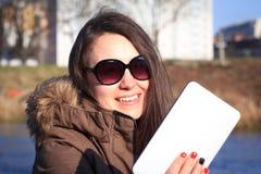 Moça/mulher bonitas com os óculos de sol que tomam um selfie no Fotos de Stock