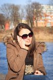 Moça/mulher bonitas que chama com seu chefe de seu negócio Foto de Stock