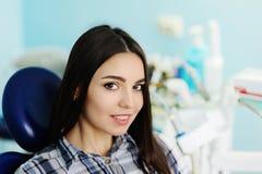 Moça na cadeira do dentista Fotos de Stock