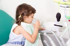 Moça na clínica dental foto de stock