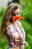 A moça na estrada de ferro com papoila vermelha floresce Imagens de Stock Royalty Free
