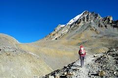 A moça na maneira ao La de Thorong passa sobre o circuito Tr de Annapurna Imagem de Stock