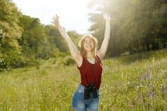 Moça na natureza com chapéu e binocular verão Fotografia de Stock