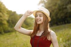 Moça na natureza com chapéu e binocular verão Foto de Stock Royalty Free