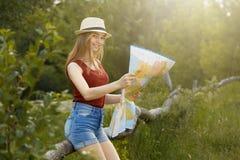 Moça na natureza com chapéu e mapa verão Imagens de Stock