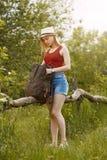 Moça na natureza com chapéu e trouxa verão Fotografia de Stock Royalty Free