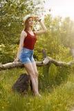 Moça na natureza com chapéu e trouxa verão Fotos de Stock