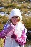 Moça na neve que guarda uma folha do gelo do lago Imagens de Stock Royalty Free
