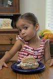 Moça na tabela com seu sanduíche Fotos de Stock Royalty Free