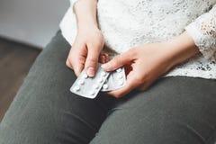 Moça nas calças de brim com os comprimidos nas mãos Imagens de Stock Royalty Free