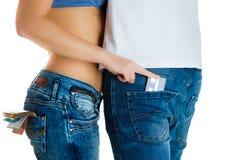 Moça nas calças de brim e um estômago despido que roubam o cartão de crédito do homem Imagens de Stock Royalty Free