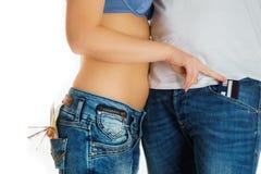Moça nas calças de brim e um estômago despido que roubam o cartão de crédito do homem Fotos de Stock