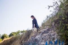 Moça nas escadas de pedra imagem de stock royalty free
