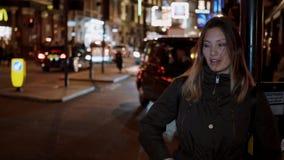 Moça nas ruas de Londres na noite video estoque
