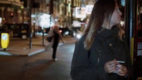 Moça nas ruas de Londres na noite filme