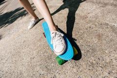 Moça nas sapatilhas no skate Imagens de Stock Royalty Free