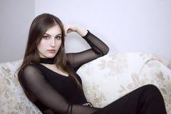 Moça no assento preto na cadeira foto de stock royalty free