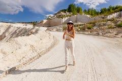 A moça no branco corre em uma estrada fraca foto de stock royalty free