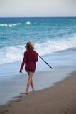 Moça no chapéu que anda ao longo da praia Fotos de Stock Royalty Free
