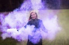Moça no fumo colorido Imagem de Stock