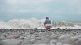 Moça no olhar da praia em ondas altas do oceano - Geórgia filme