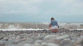 Moça no olhar da praia em ondas altas do oceano - Geórgia vídeos de arquivo