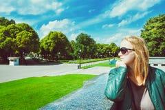 Moça no parque do verão imagens de stock royalty free