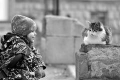 Moça no pushchair com o gato disperso em Baku, capital de Azerbaijão foto de stock